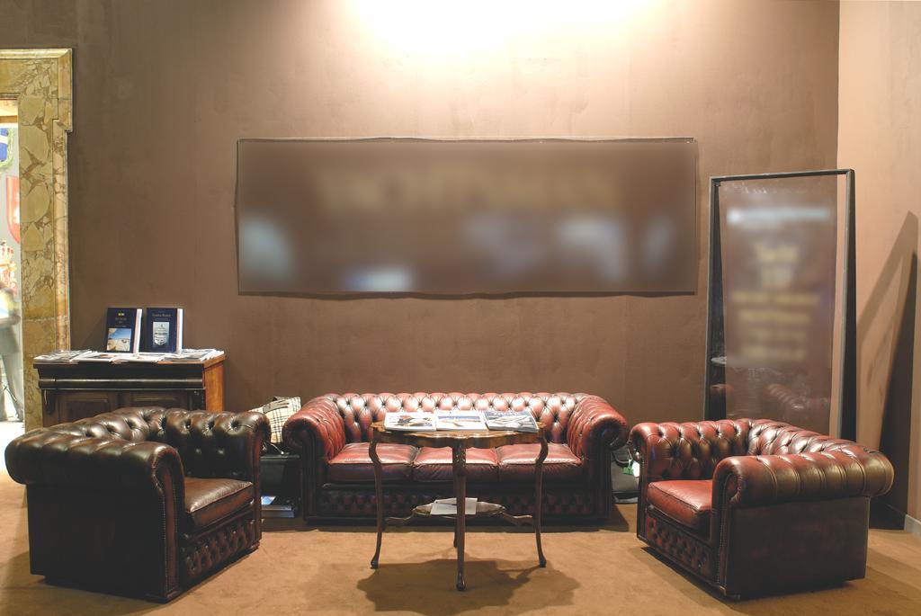 Divani Chester Prezzi : Noleggio divani chester e poltrone chesterfield in pelle