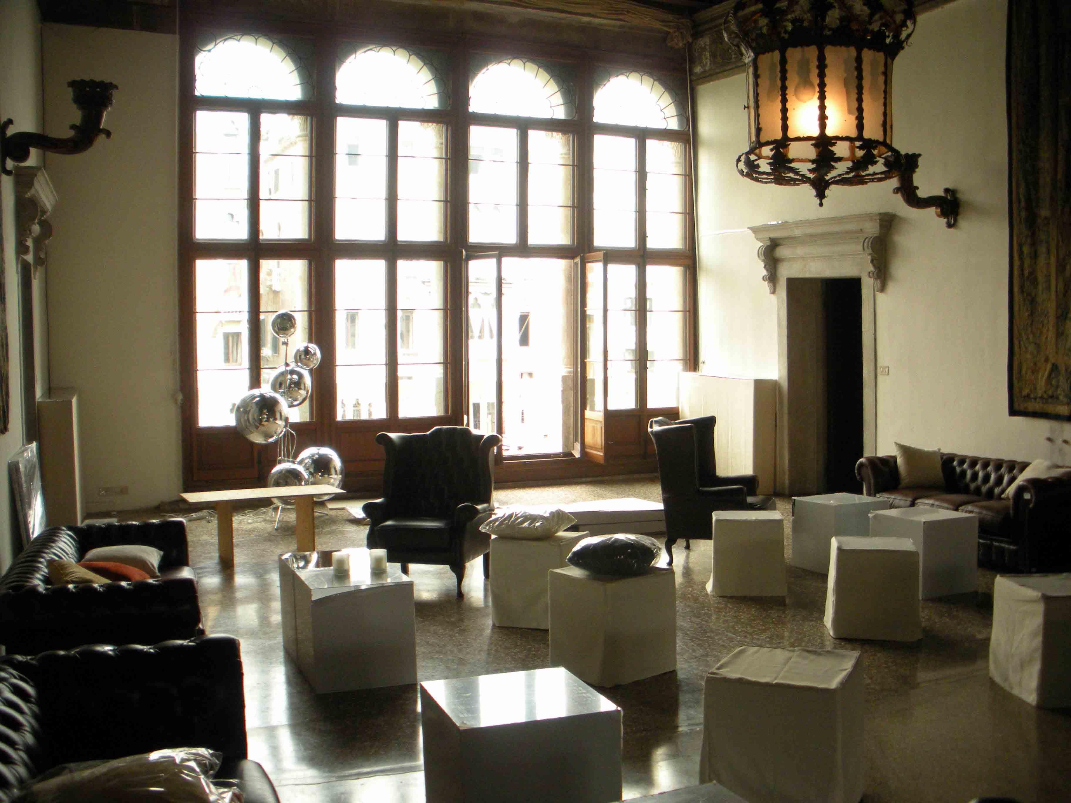 Noleggio divani chesterfield affitto poltrone chester for Noleggio arredi